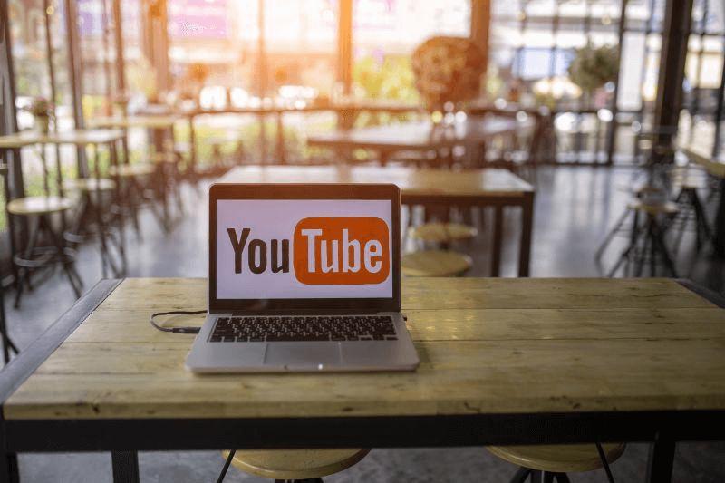 YouTubeの商用利用は違反?お店で音楽を流すときの注意点やBGMについて解説