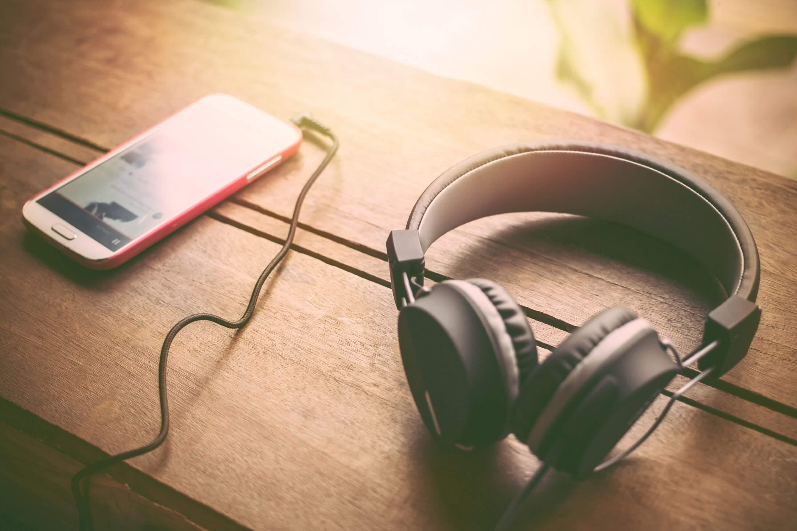 店舗でBGMを流すなら?定額制音楽配信サービス5社を徹底比較!